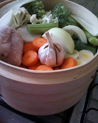 normalmente considerata una variante della cottura in immersione la cottura col vapore si differenzia proprio per il mancato contatto del cibo con lacqua