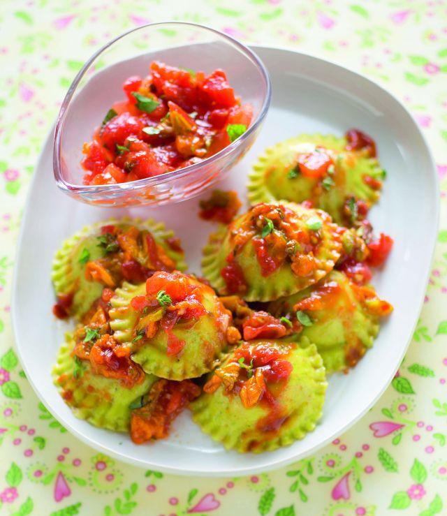 Salsa di pomodori alle erbe con fiori di zucca su ravioli di magro