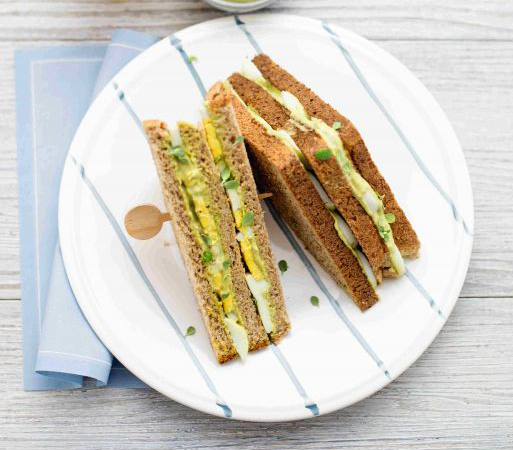 Club sandwich integrale con uova e hummus all'avocado