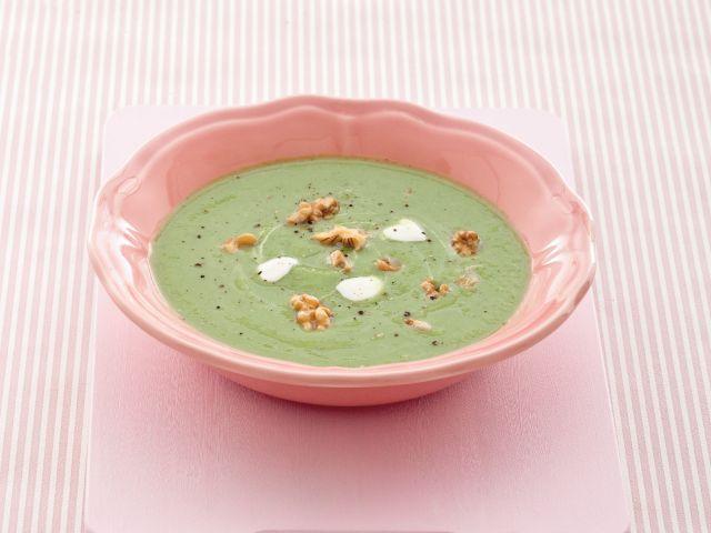 Crema calda di broccoli con yogurt di capra e noci