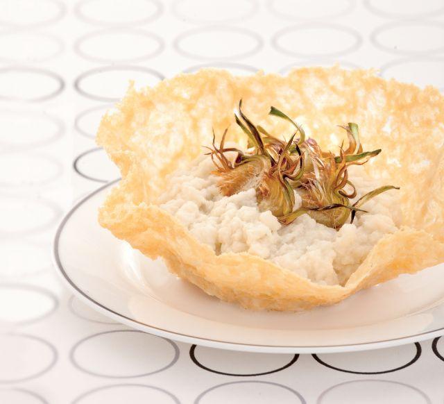 Crema di cavolfiore allo zenzero in coppe di parmigiano con carciofi