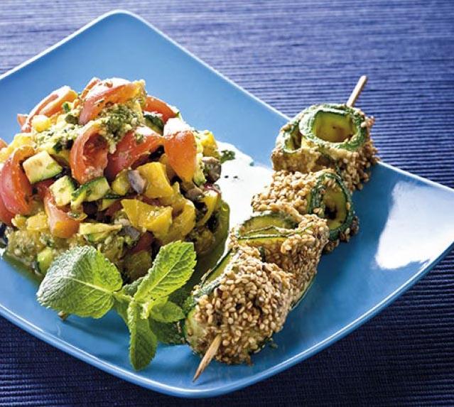 Tortino di ortaggi con spiedini di zucchini al sesamo