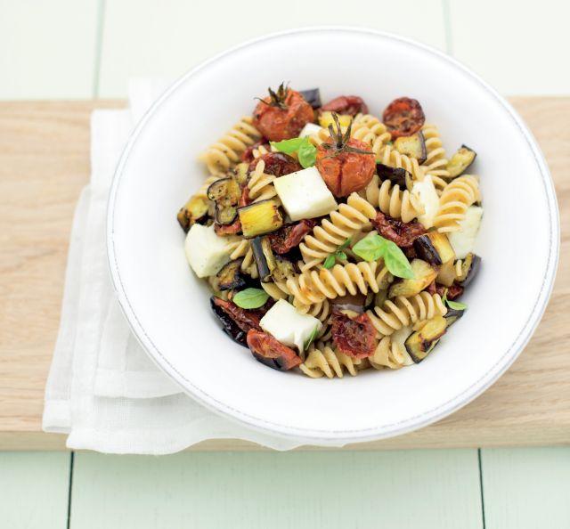 Fusilli in insalata con ortaggi arrosto, mozzarella e basilico