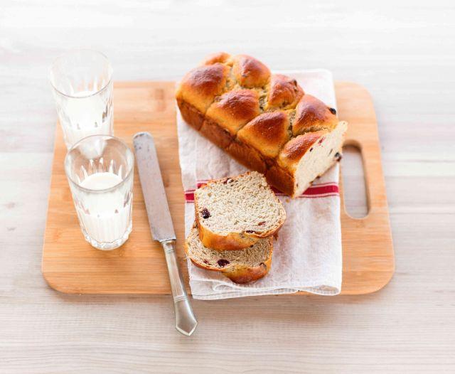 Pan brioche ai due grani con miele e mirtilli rossi