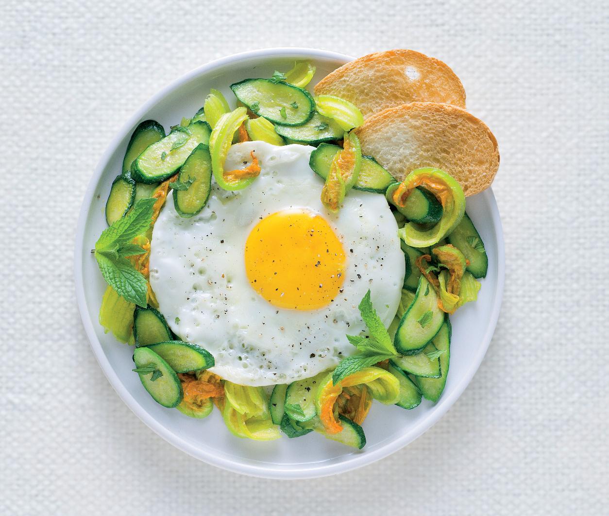Uova al tegamino con zucchine alla menta