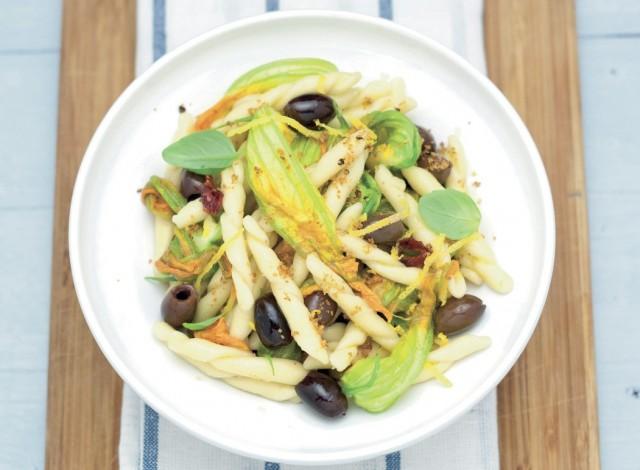 Cavatelli con fiori di zucca e olive