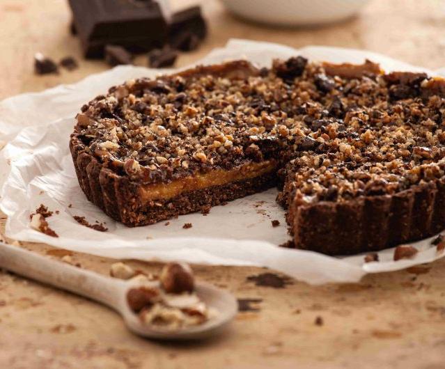 Crostata vegan di cacao con nocciole e cioccolato