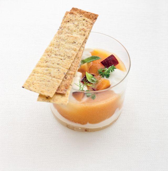 Gazpacho di susine con cialde ai pistacchi