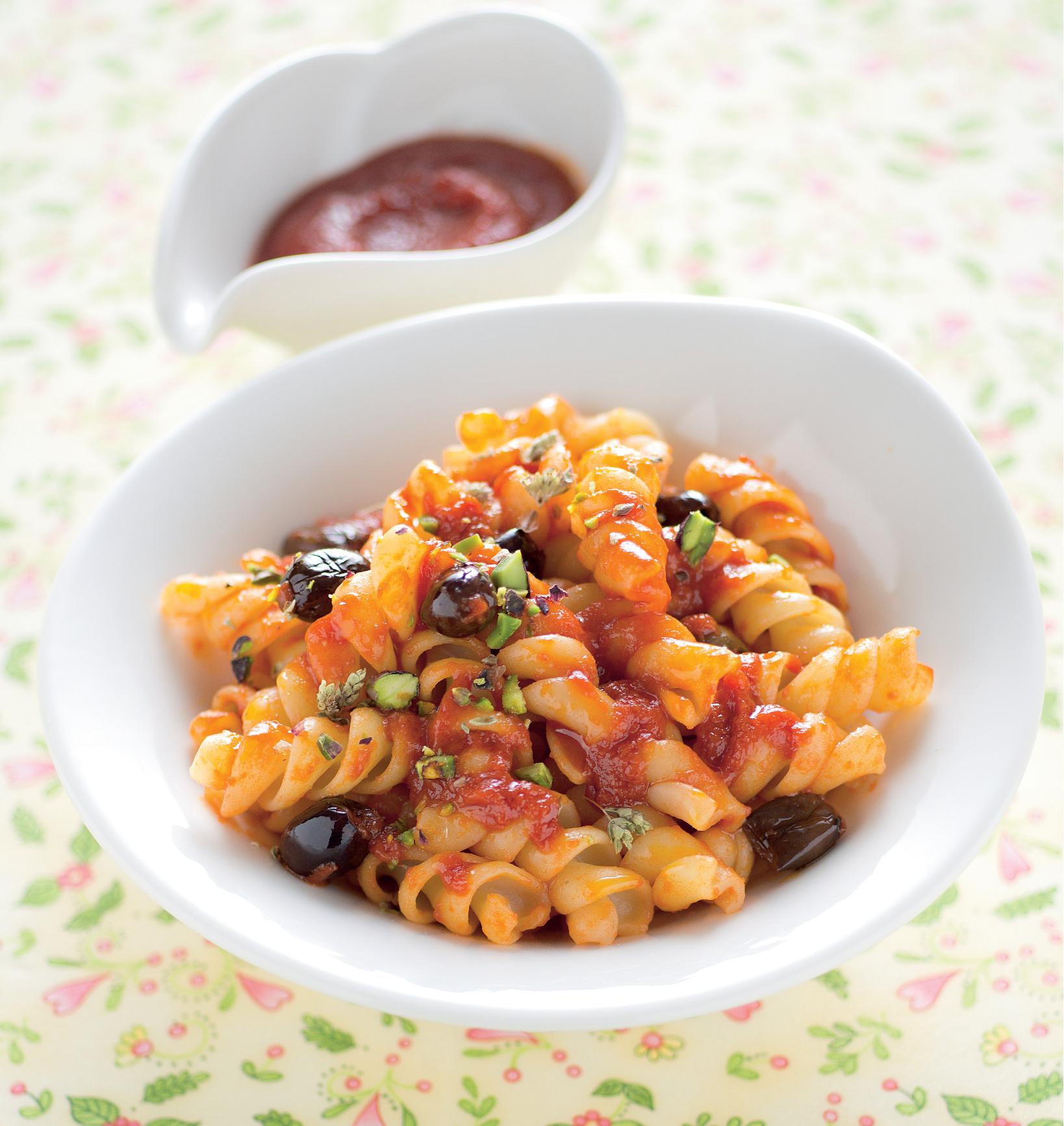 Salsa mediterranea di pomodori informati e olive