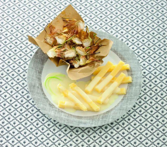 Carciofi fritti con bastoncini di polenta e fonduta ai porri