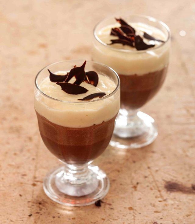 Dessert variegato in coppa ai tre cioccolati