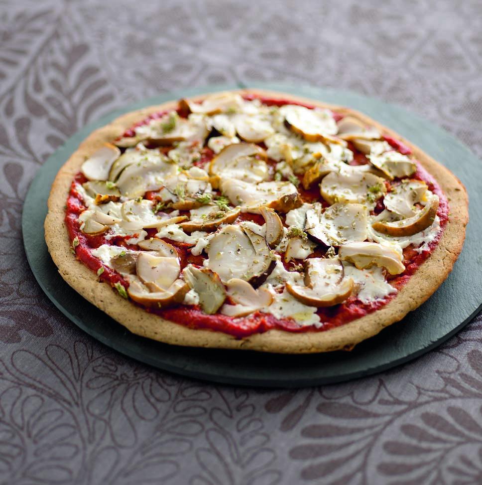 Pizza integrale con funghi porcini e caprino fresco