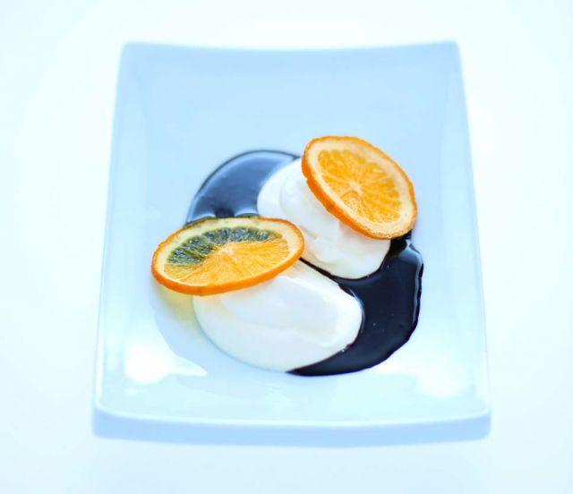 Quenelle di ricotta con arance al forno e cioccolato fondente