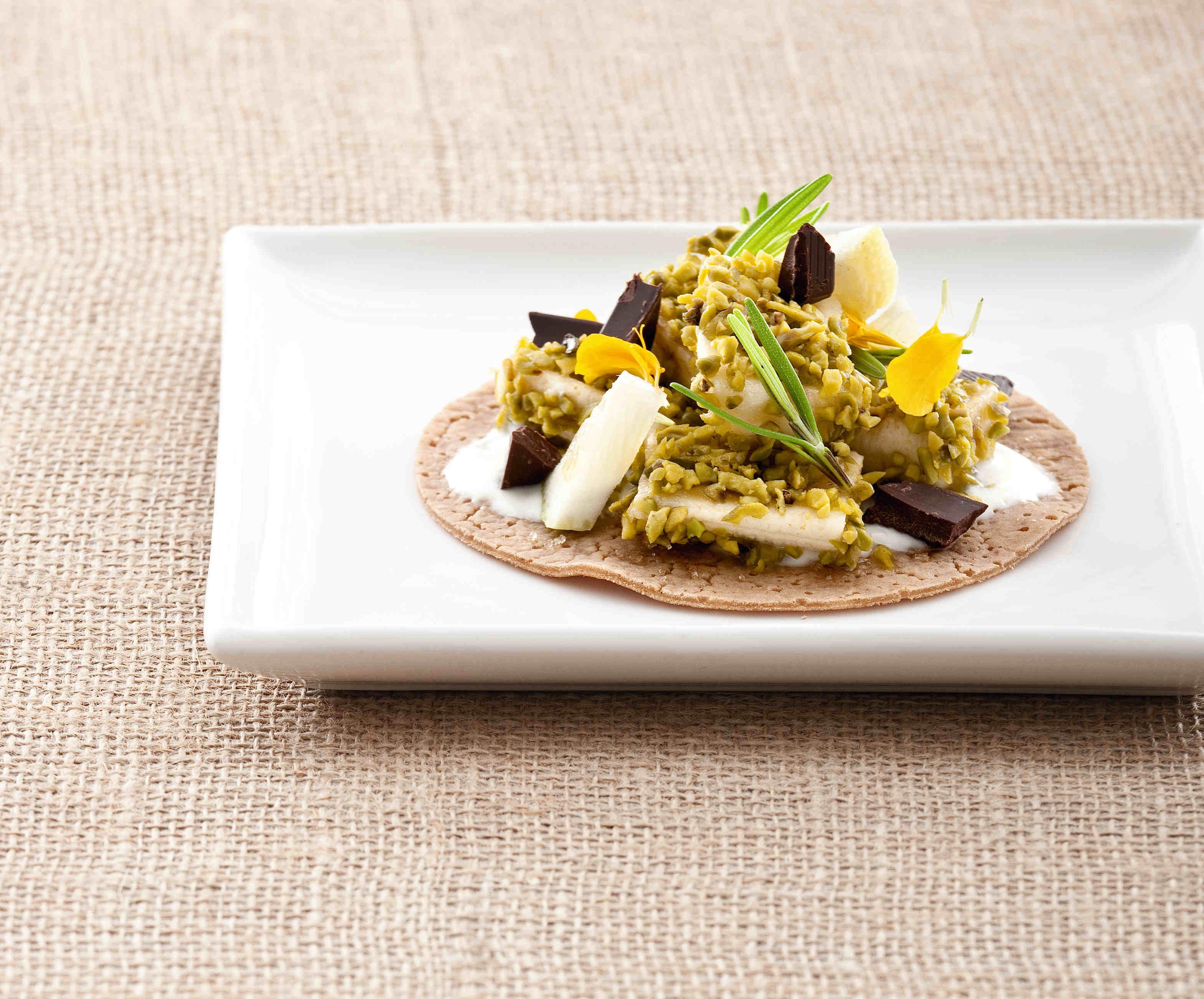 Necci di castagne e pere con banane in crosta di pistacchi