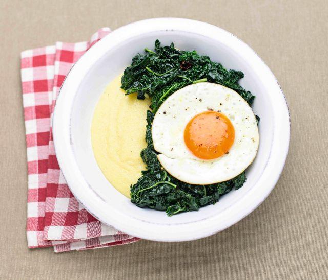 Polenta morbida con cavolo nero saltato e uova