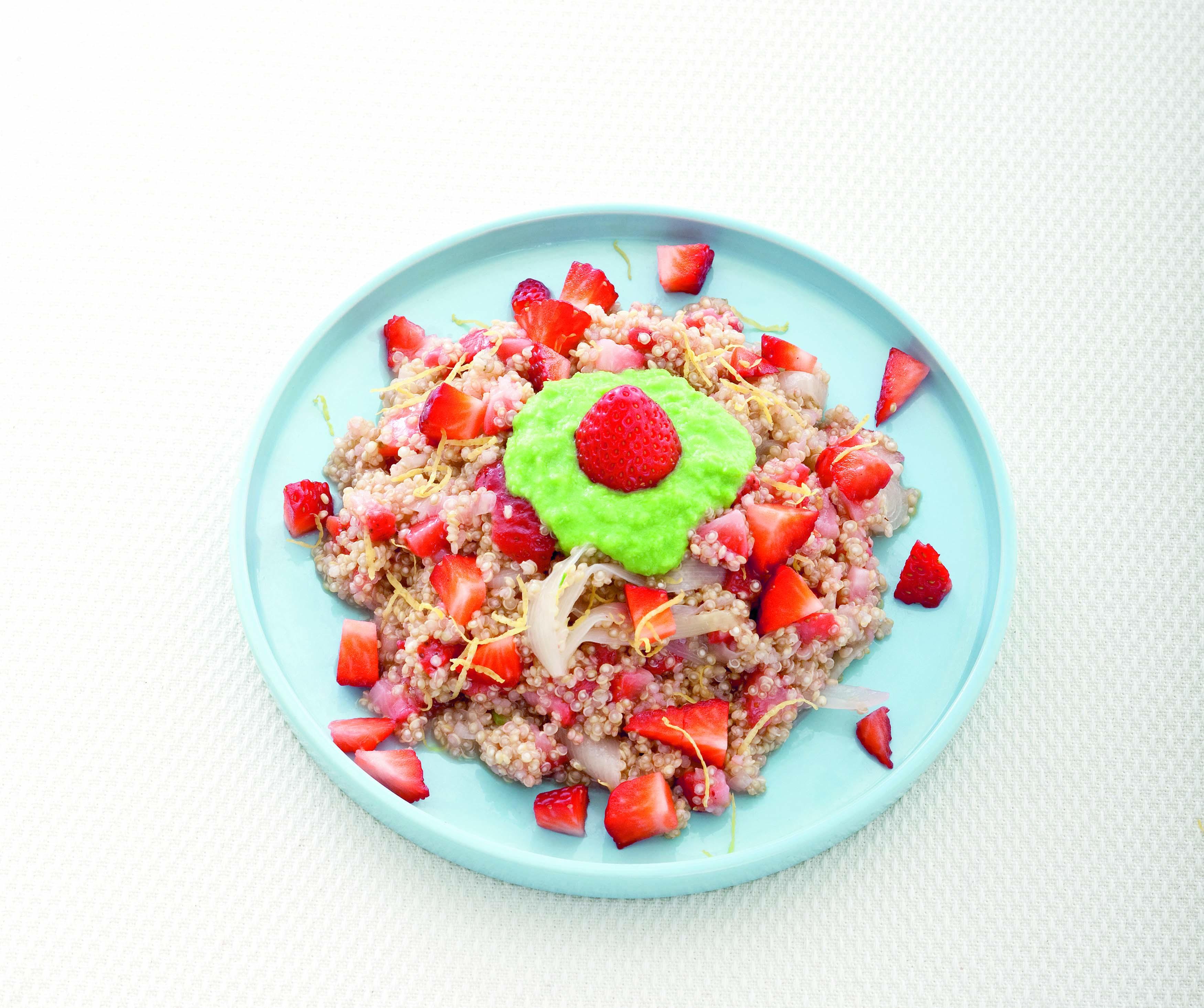 Quinoa alle fragole con crema di piselli e cipollotti