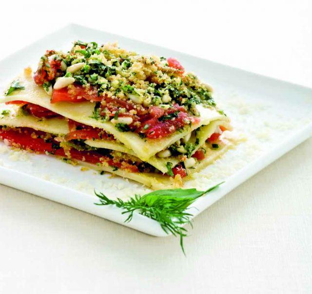 Lasagne di kamut con salsa cruda di pomodoro, pinoli e fiori di zucca