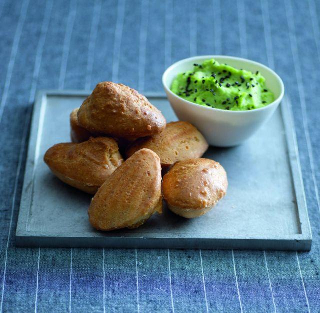 Madeleine nocciole e parmigiano con crema di cavoletti
