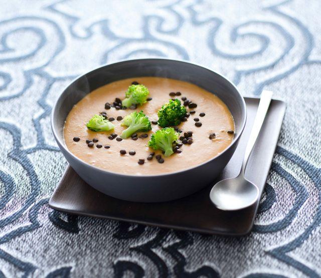 Minestra di lenticchie rosse e nere con broccoletti