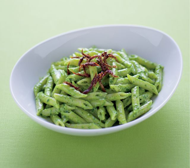Pennette piccanti al pesto di spinaci e pomodori secchi
