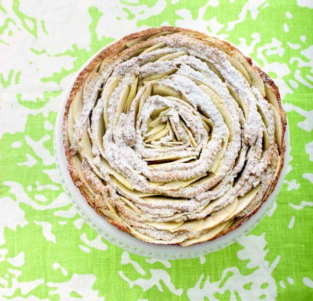 Rosa di crostata integrale con mele e nocciole