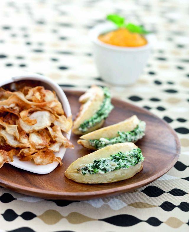 Sedano rapa farcito agli spinaci con salsa di carote e chips