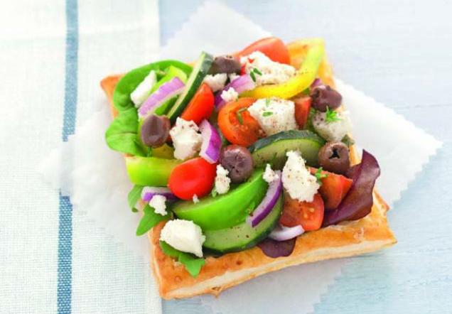 Sfogliatine con insalata ricca alla greca