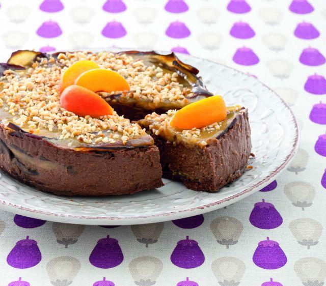 Torta al cioccolato con melanzane caramellate e albicocche