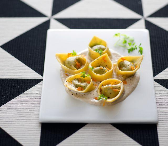 Tortelli di cavolo nero e ceci in salsa di nocciole all'arancia