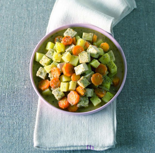 Spezzatino di tofu con patate e carote alla salvia