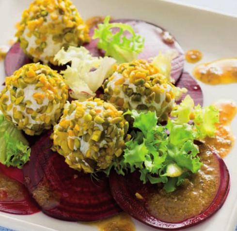 Carpaccio di barbabietole con praline di formaggio al pistacchio