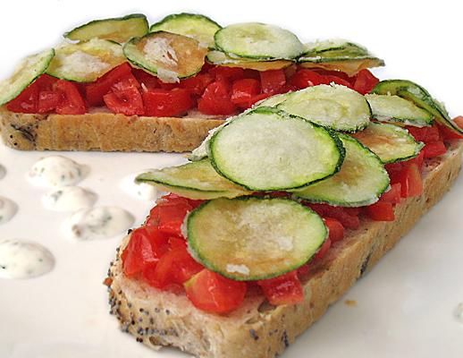 Bruschette al pomodoro e chips di zucchine