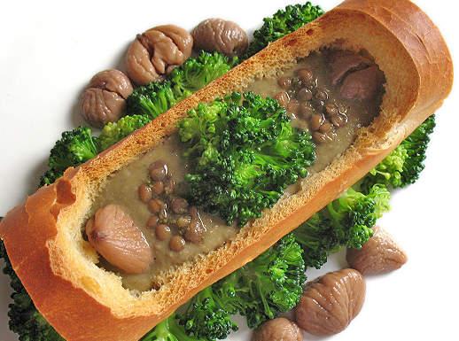 Crema densa di lenticchie, castagne e broccoli su scodella di pane