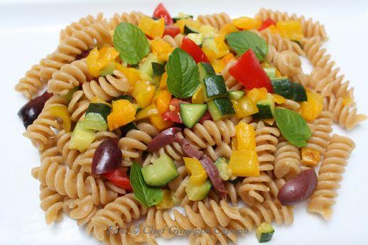 Fusilli con verdure, menta e olive