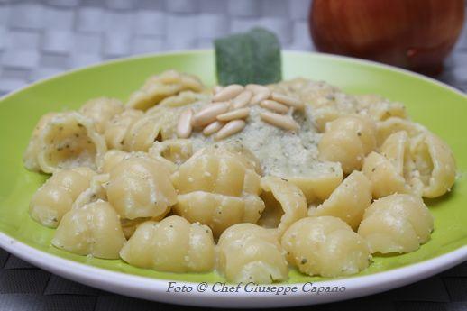 Pasta con salsa di cipolle e infuso d'olio d'oliva alla salvia