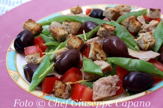 Insalata rinfrescante con fagiolini, pomodori e tonno