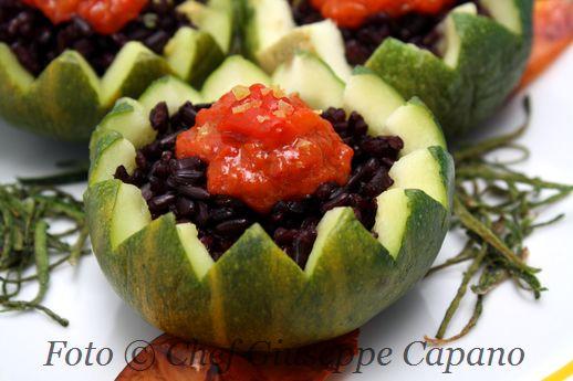 Zucchine tonde ripiene di riso nero e salsa di peperoni al limone
