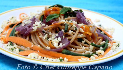 Spaghetti profumati alla menta con cipolle rosse, carote e fagiolini lunghi