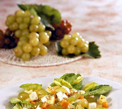 Insalata con uva carote patate e feta 518