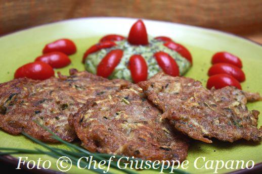 Frittelline integrali con zucchine e patate, crema di avocado e pomodorini marinati