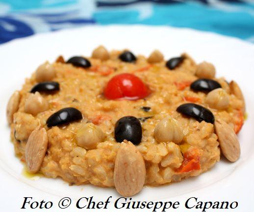 Riso integrale con pomodorini, olive e crema di ceci