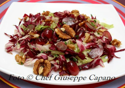 Insalata di autunnale all'aceto di menta con uva e noci