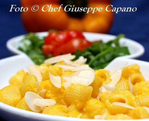 Pipette rigate con crema di peperoni gialli, pomodorini e rucola