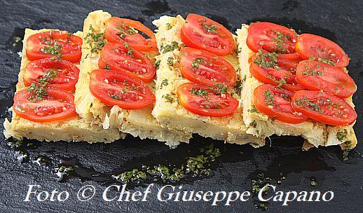 Piccoli quadrati di farinata agli asparagi con pomodori 518