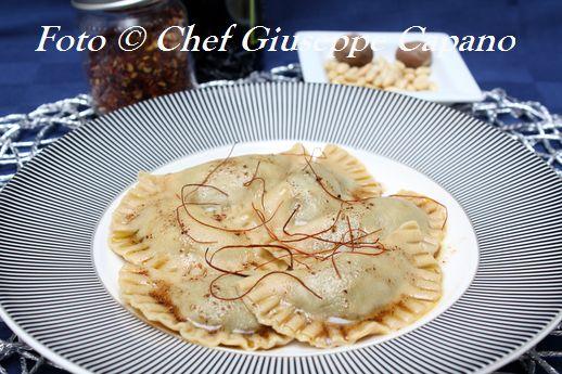 Ravioli di segale a mezzaluna con ripieno di spinaci ai pinoli e olio speziato 518
