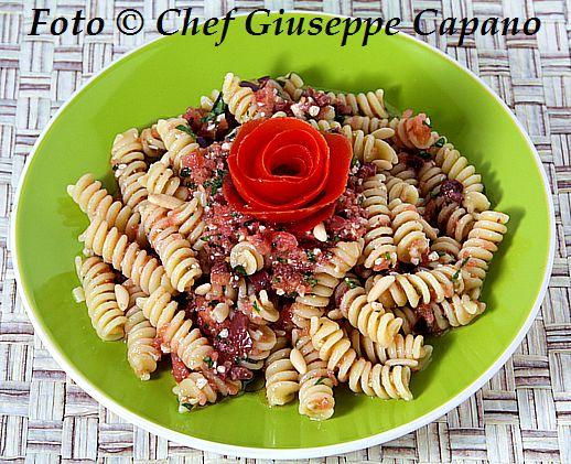 Pasta con pomodori, aglio, basilico e olive 518