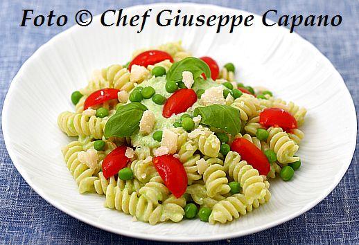 Pasta con condimento semplice di piselli, ricotta e basilico 518