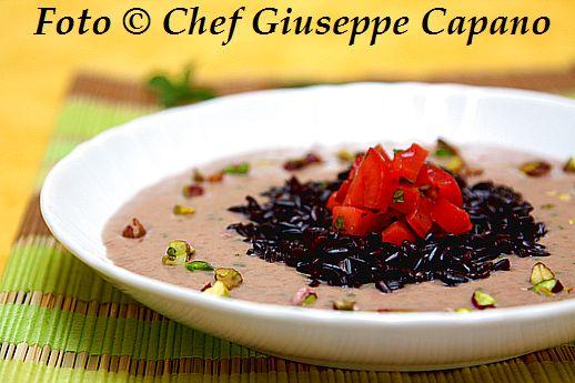 Crema di borlotti all'erba cipollina con riso nero, pomodori e pistacchi 518