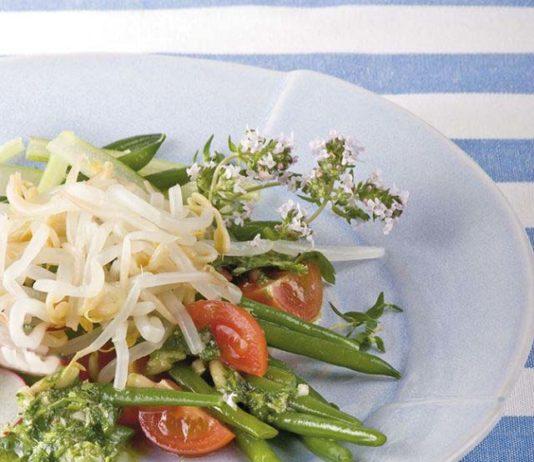 Insalata al basilico con germogli croccanti al timo - Cucina Naturale