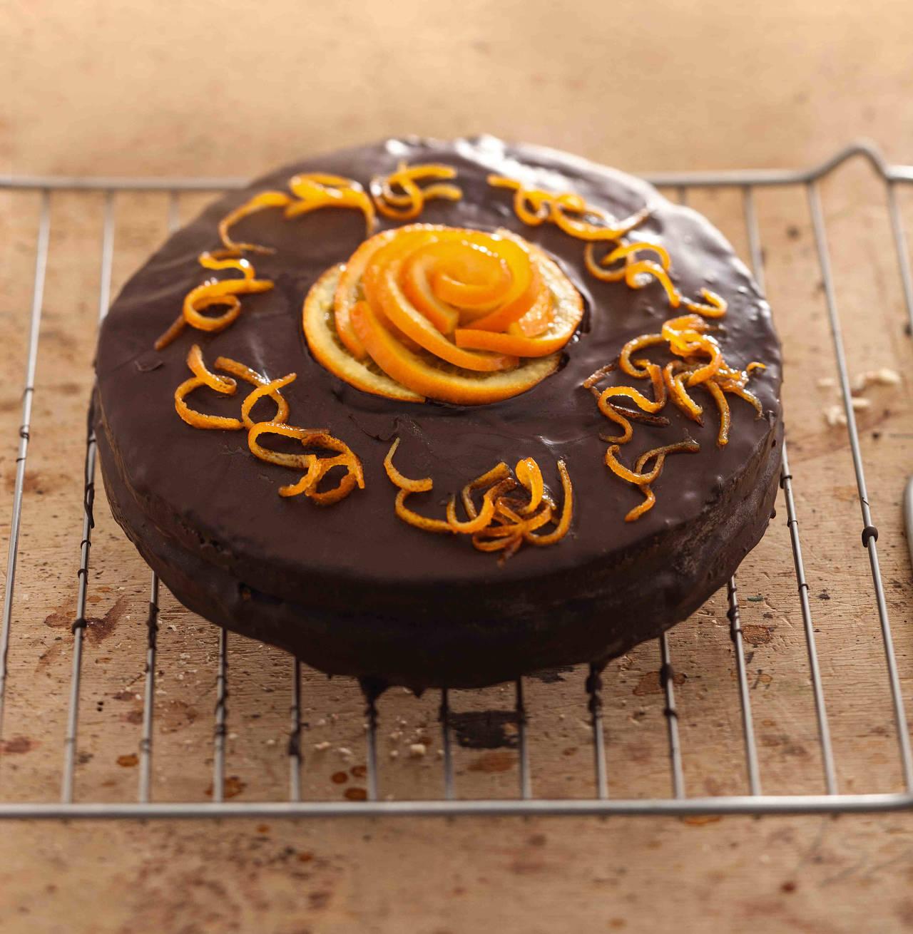 Torta soffice con crema all 39 arancia e glassa di cioccolato - Decorazioni torte con glassa ...